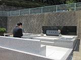 多摩教会墓前と祈る晴佐久神父